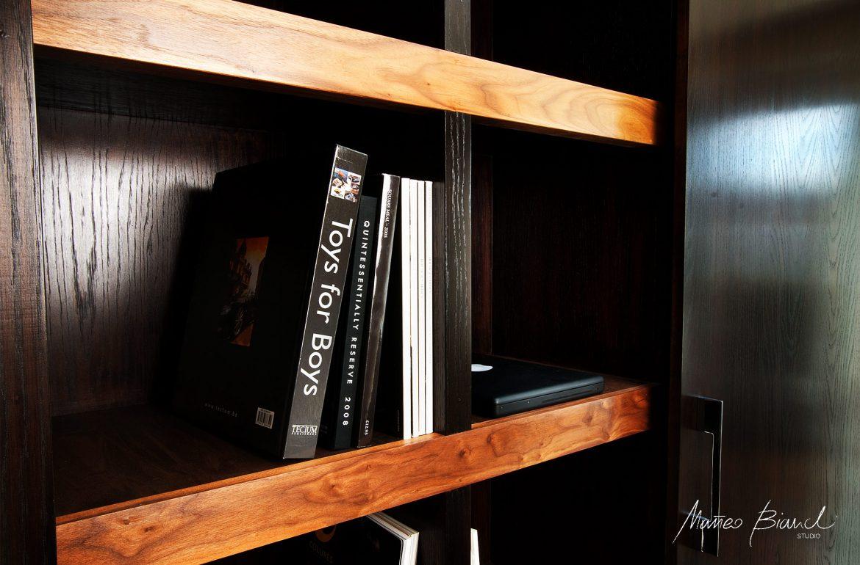 dark wood contrast in-build library design